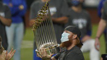 Justin Turner, de los Dodgers de Los Ángeles, festeja con el trofeo de la Serie Mundial, tras el triunfo sobre los Rays de Tampa Bay, el martes 27 de octubre de 2020, en Arlington, Texas