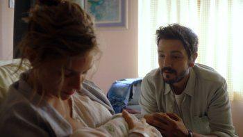 En esta imagen proporcionada por Lionsgate Sienna Miller como Adrienne, izquierda, y Diego Luna como Matteo en una escena de Wander Darkly. La película se estrena el 11 de diciembre de 2020.