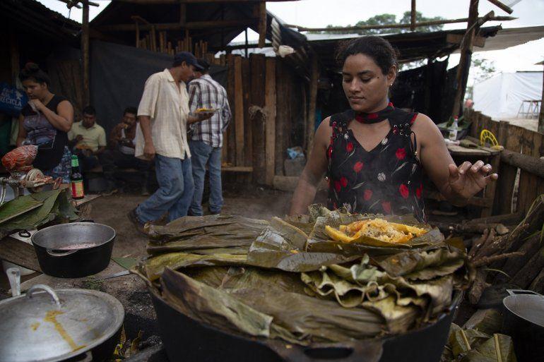 Una refugiada nicaragüense prepara nacatamal