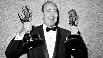 En esta foto de archivo del 26 de mayo de 1963, Carl Reiner muestra dos estatuillas de Emmy que se le presentaron como mejor escritor de comedia para el Dick Van Dyke Show, durante la presentación anual de los Premios Emmy en Los Angeles.