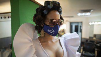 La representante al Miss Venezuela del estado Miranda Luiseth Materán, con un cubrebocas, llega a un camerino del canal Venevisión para prepararse para una reunión con los jueces del certamen, el viernes 18 de septiembre del 2020 en Caracas.