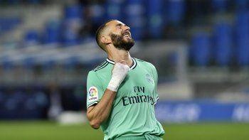 Karim Benzema celebra tras marcar un gol en el partido del Real Madrid contra la Real Sociedad por la Liga de España en San Sebastián, el domingo 21 de junio de 2020.