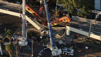 Vista aérea de vagones del metro colgando desde una sección elevada colapsada en la Ciudad de México, el martes 4 de mayo de 2021. La sección elevada del metro de la Ciudad de México colapsó el lunes por la noche matando al menos a 23 personas.