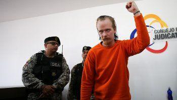 El informático sueco Ola Bini (der.), amigo de Julian Assange y acusado de espionaje informático en Ecuador, asiste este jueves a la Corte Provincial de Pichincha, en Quito.