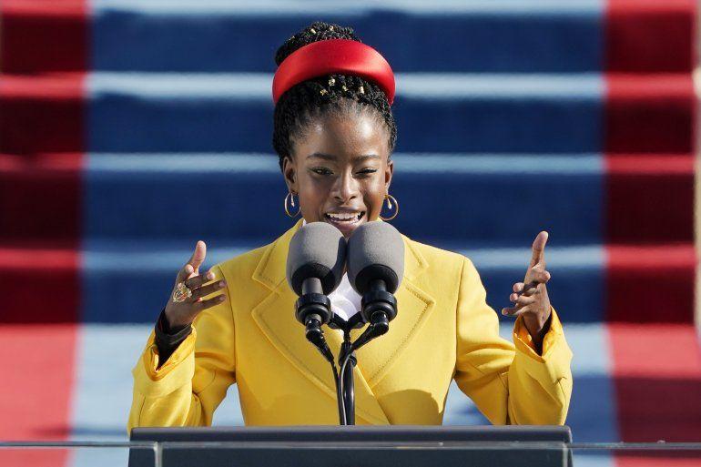 Amanda Gorman recita un poema durante la ceremonia de investidura del presidente Joe Biden frente al Capitolio estadounidense