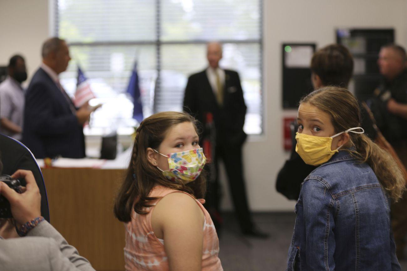 Dos estudiantes de primaria portan mascarillas durante un evento en la escuela de Camden, Carolina del Sur, el miércoles 15 de septiembre de 2021.