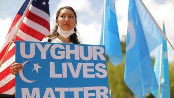 Manifestación en el exterior de la Casa Blanca contra China pide a Estados Unidos que ponga fin al acuerdo comerciales y tomen medidas para detener la opresión de los uigures.