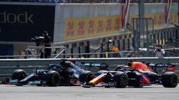 Lewis Hamilton (izq) y Max Verstappen pelean por la punta en el arranque del GP Británico el 18 de julio del 2021 en Silverstone. Poco después se tocarían las ruedas y Verstappen se saldría de la pista y se estrellaría contra una barrera de neumáticos, quedando afuera de la carrera.