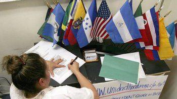 Un mujer firma una petición al Gobierno estadounidense para extender el TPS (Estado de Protección Temporal) bajo el cual están cubiertos refugiados hondureños y nicaragüenses. (EFE)