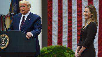 El presidente de los Estados Unidos, Donald Trump, anuncia a su candidata a la Corte Suprema de los Estados Unidos, la jueza Amy Coney Barrett (derecha), en el Rose Garden de la Casa Blanca en Washington, DC el 26 de septiembre de 2020. Barrett, si el Senado lo confirma, reemplazará a la jueza Ruth Bader Ginsburg, quien murió el 18 de septiembre.