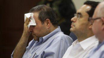 El expresidente de El Salvador, Elías Antonio Saca (i), durante la segunda jornada de audiencia por delitos de corrupción, este viernes 4 de noviembre 2016, en el Centro Judicial Isidro Menéndez de San Salvador.