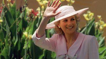 En esta foto de archivo tomada el 27 de enero de 1988, la Princesa de Gales Diana saluda a la multitud durante su visita al Parque Footscray en las afueras de Melbourne. Más de dos décadas después de su muerte, la desafortunada entrada de la princesa Diana en la familia real británica es la trama principal de la próxima cuarta temporada de The Crown.