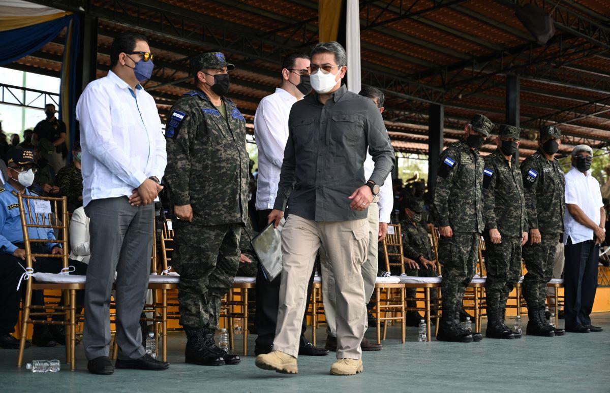 El presidente hondureño Juan Orlando Hernández durante una ceremonia en la que puso a disposición las Fuerzas Armadas al Consejo Nacional Electoral (CNE) de cara a las elecciones generales del 28 de noviembre, en Tegucigalpa.