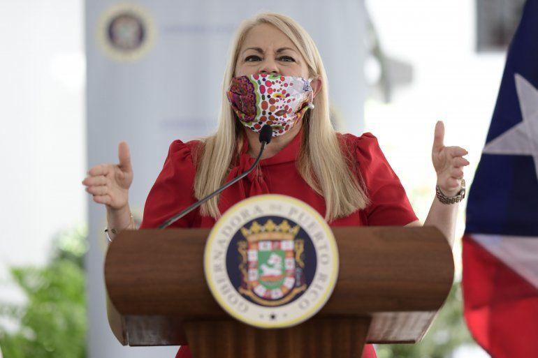 La gobernadora Wanda Vázquez utiliza una mascarilla mientras anuncia la cancelación de todos los contratos otorgados a personas y compañías cuyos nombres se han involucrado en la investigación local y federal por la supuesta compra de pruebas de análisis del nuevo coronavirus
