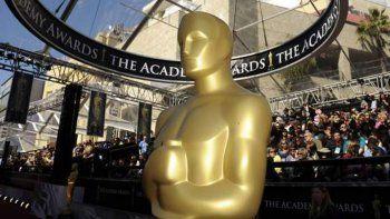 La Academia está considerando que la ceremonia, que se celebrará el próximo 24 de febrero, sea conducida por un montón de famosos, algo al estilo Saturday Night Life, con gente de moda.