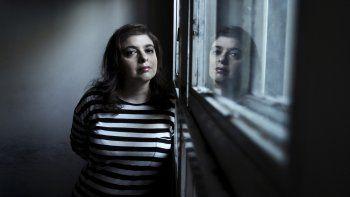 La escritora argentina Mariana Enríquez en una foto tomada en Buenos Aires el 22 de abril de 2016. Enríquez fue nominada al Premio Booker Internacional de ficción 2021 por la traducción al inglés de su libro Los peligros de fumar en la cama: The Dangers Of Smoking In Bed.