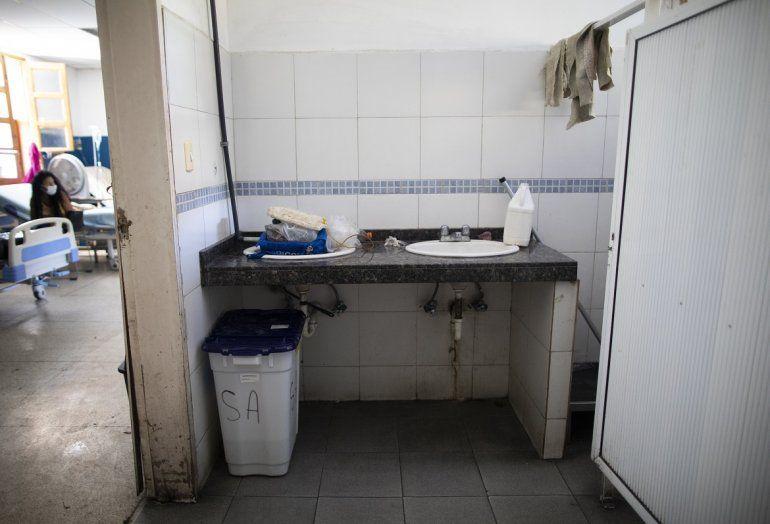 Un fregadero carece de agua corriente en el Hospital Oncológico Luis Razetti en Caracas