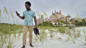 Jared Wofford posa frente al hotel Don Cesar en St. Petersburg, Florida, el jueves 17 de junio de 2021. Wofford aparece en la serie Lifes Rewards de Amazon.