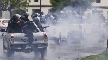 Policías antimotines les disparan a estudiantes universitarios que participan en una protesta contra el presidente Daniel Ortega, el lunes 28 de mayo de 2018, en Managua, Nicaragua.