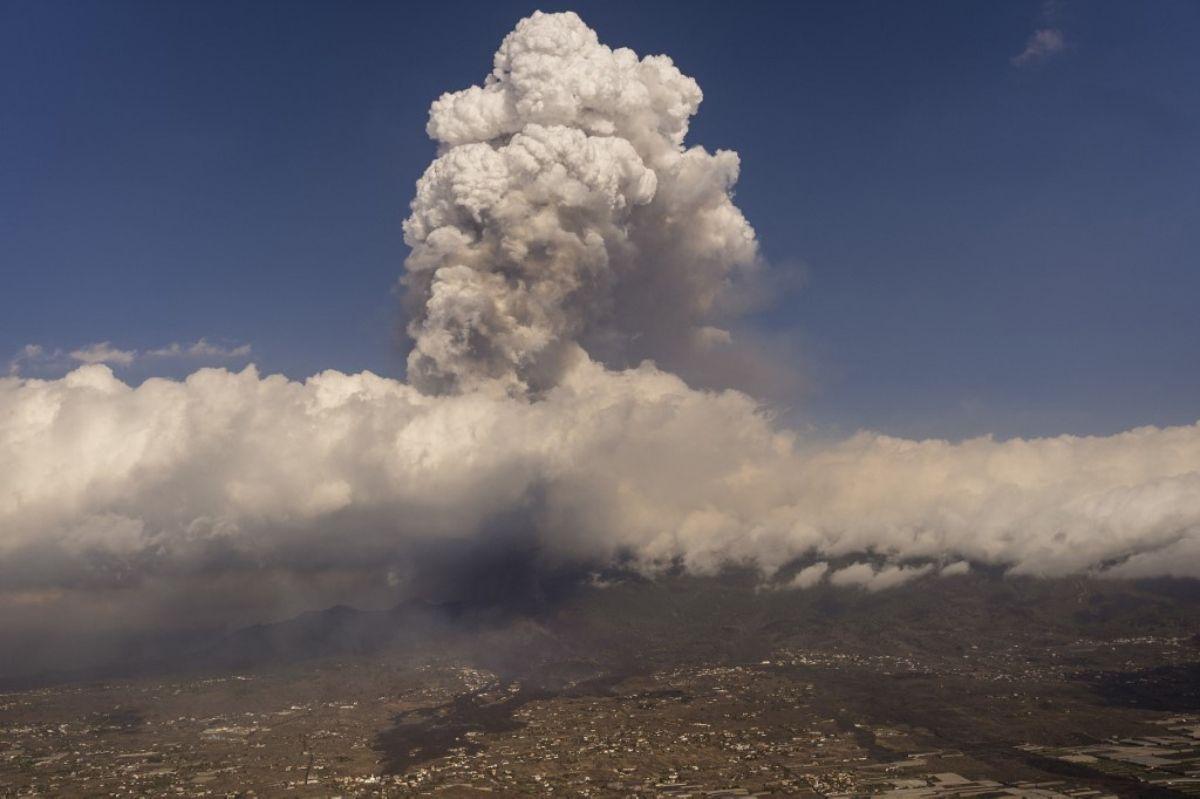 La lava de la erupción de un volcán fluye en la isla de La Palma en Canarias, el 23 de septiembre de 2021.