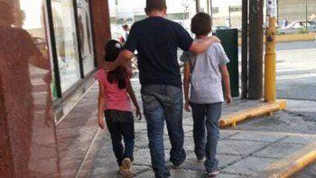 Esta fotografía es cortesía de la migrante guatemalteca Lucía, muestra a su esposo René con su hija de siete años y su hijo de 11 mientras caminan en busca de un lugar para dormir en Monterrey, México.
