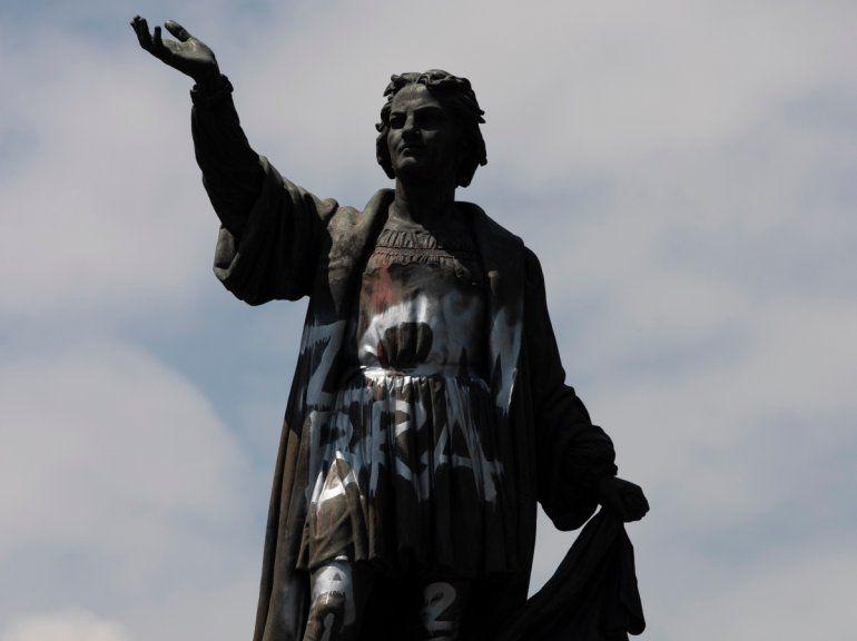 Una estatua de Cristóbal Colón vandalizada