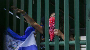 Un estudiante con el rostro cubierto por miedo a las represalias participaen una manifestacióncontra el régimen de Daniel Ortegaen Managua, Nicaragua, el 18 de junio de 2019.