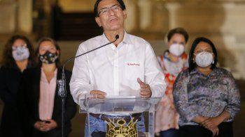 El presidente peruano Martín Vizcarra da un comunicado de despedida a la prensa antes de salir del Palacio presidencial en Lima, luego de su juicio político por abrumadora mayoría de votos en el Congreso el 9 de noviembre de 2020, durante un segundo juicio político en su contra en menos de dos meses.