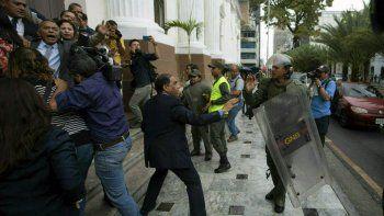 En esta imagen, tomada el 18 de junio de 2019, legisladores de la Asamblea Nacional de Venezuela forcejean con miembros de la Guardia Nacional Bolivariana en el exterior de la sede del organismo, mientras los diputados intentar dar acceso a periodistas, en Caracas, Venezuela.