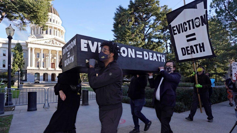 Manifestantes exigen la aprobación de una ley para condonar la renta e imponer protecciones más fuertes frente a los desahucios mientras cargan lo que parece un féretro frente al Capitolio de Sacramento, California. Archivo.
