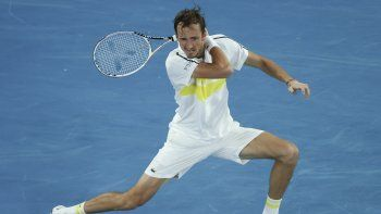 El tenista ruso Daniil Medvedev devuelve la bola al griego Stefanos Tsitsipas durante la semifinal del Abierto de Australia, en Melbourne, Australia, el 19 de febrero de 2021