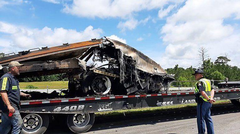 Restos de un choque mortal de vehículos al paso de la tormenta Claudette son cargados en un camión