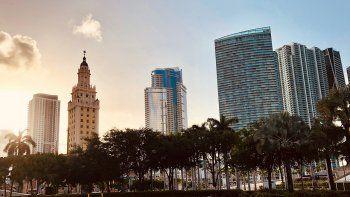 Vista parcial del centro de Miami, donde destaca La Torre de la Libertad, que fue construida en 1925 y antes albergó las oficinas del periódico The Miami News.
