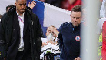 El futbolista danés Christian Eriksen (C) es evacuado después de colapsar en el campo durante el partido de fútbol del Grupo B de la UEFA EURO 2020 entre Dinamarca y Finlandia en el Estadio Parken de Copenhague el 12 de junio de 2021