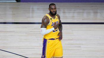 LeBron James, de los Lakers de Los Ángeles, celebra un enceste en la primera mitad del juego ante los Nuggets de Denver, el lunes 10 de agosto de 2020, en Lake Buena Vista, Florida