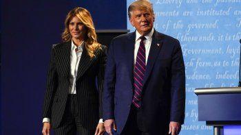 El presidente de Estados Unidos, Donald Trump, en el escenario junto a la primera dama, Melania Trump, tras el primer debate presidencial con el candidato demócrata a la Casa Blanca, el exvicepresidente Joe Biden, el 29 de septiembre de 2020, en Case Western University and Cleveland Clinic, en Cleveland, Ohio.