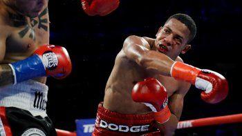 En esta imagen del 20 de abril de 2019, el puertorriqueño Félix Verdejo golpea al costarricense Bryan Vázquez en el quinto round de su pelea de peso ligero en Nueva York.
