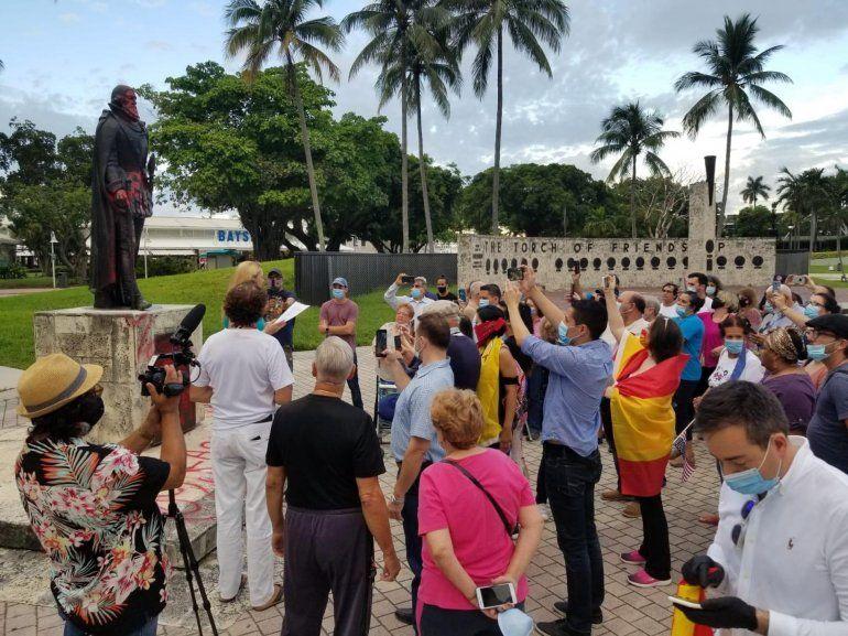 Vista parcial de los participantes en la protesta contra el comunismo y los actos de vandalismo hacia estatuas de exploradores españoles en Miami