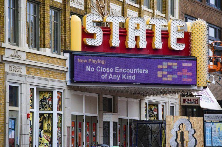 La marquesina del State Theatre muestra una parodia del título de una película para alentar el distanciamiento social