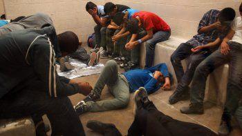 Vista de inmigrantes que han cruzado ilegalmente la frontera, detenidos para ser procesados dentro de una estación de la Patrulla Fronteriza de McAllen, Texas (EEUU).
