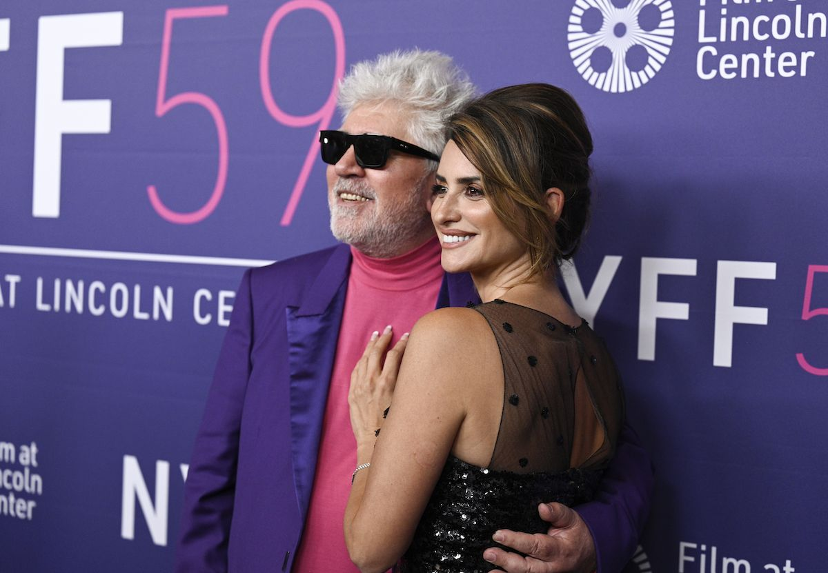 El director de cine Pedro Almodóvar y la actriz Penélope Cruz posan en el Festival de Cine de Nueva York.