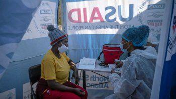 En esta fotografía del 2 de julio de 2020, la enfermera Nomautanda Siduna, derecha, habla con una paciente VIH positivo en una clínica móvil en Ngodwana, Sudáfrica.