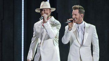 El artista Brian Kelley, a la izquierda, y Tyler Hubbard, de Florida Georgia Line, cantan Meant to Be en la ceremonia de los Premios CMA en Nashville, Tennessee el 14 de noviembre de 2018.