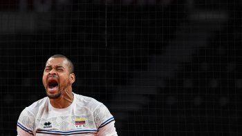 El venezolano Edson Valencia González reacciona tras un punto en el partido de voleibol de la ronda preliminar masculina A entre Japón y Venezuela durante los Juegos Olímpicos de Tokio