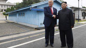 """El presidente estadounidense Donald Trump y el líder norcoreano Kim Jong Un en Panmunjom, la aldea en la zona desmilitarizada entre las dos Coreas. Trump dijo el sábado 10 de agosto de 2019 que Kim quiere volver a reunirse con él para """"iniciar negociaciones"""" una vez que finalicen los ejercicios militares conjuntos de Estados Unidos y Corea del Sur."""