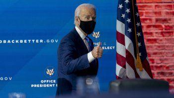 El presidente electo estadounidense Joe Biden deja una conferencia de prensa tras anunciar un equipo de asesores económicos que dijo ayudará a su administración a reconstruir una economía vapuleada por la pandemia, en Wilmington, Delaware, el martes, 1 de diciembre del 2020.