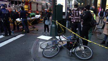 Bicicletas en el suelo después de que un automóvil golpeara a varios manifestantes de Black Lives Matter el 11 de diciembre de 2020, que se reunieron en la intersección de East 39th Street y 3rd Avenue en Nueva York.