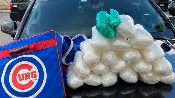 En esta foto del miércoles 17 de marzo de 2021, distribuida por la policía del condado Eagle en Colorado, se muestra metanfetaminas y píldoras de oxicodona en una bolsa deportiva de los Cachorros de Chicago del pelotero de las ligas menores Jesús Camargo-Corrales
