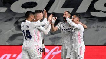 El delantero francés del Real Madrid Karim Benzema celebra con sus compañeros tras anotar durante el partido de fútbol de la Liga española El Clásico entre el Real Madrid CF y el FC Barcelona en el estadio Alfredo di Stefano