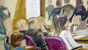 En este dibujo de la corte, Harvey Weinstein, centro, sentado en la mesa de la defensa rodeado por sus abogados mientras el jurado se retira de la corte después de recibir la indicación del juez de regresara a deliberar en el juicio por violación contra Weinstein el viernes 21 de febrero de 2020, en la Corte Suprema de Manhattan en Nueva York.